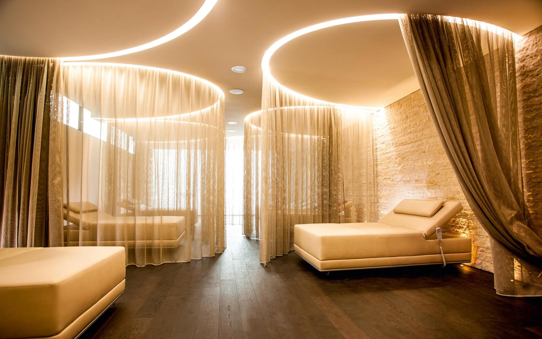 Spa relaxation areas by KLAFS at Guncast