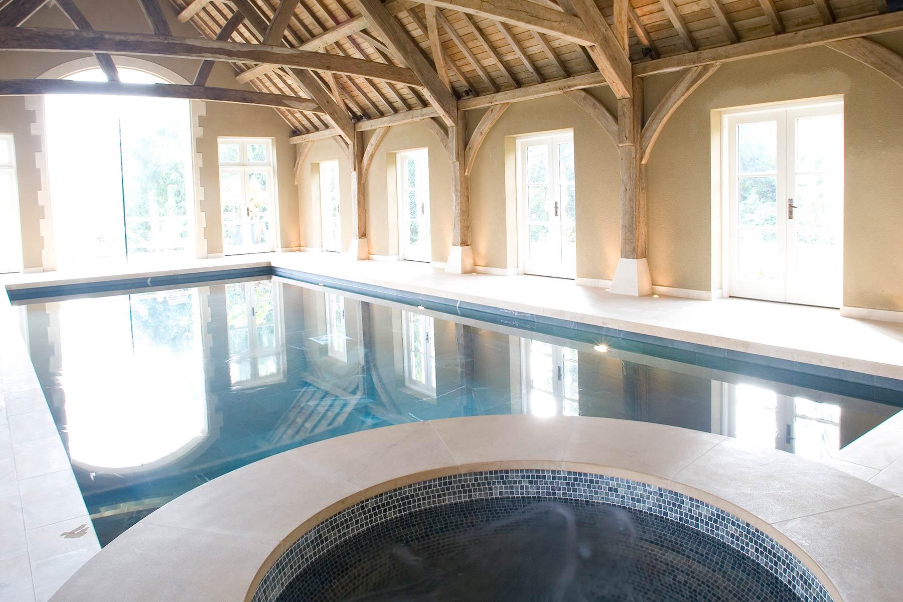 Piscine intérieure dans une grange aménagée de l'Oxfordshire