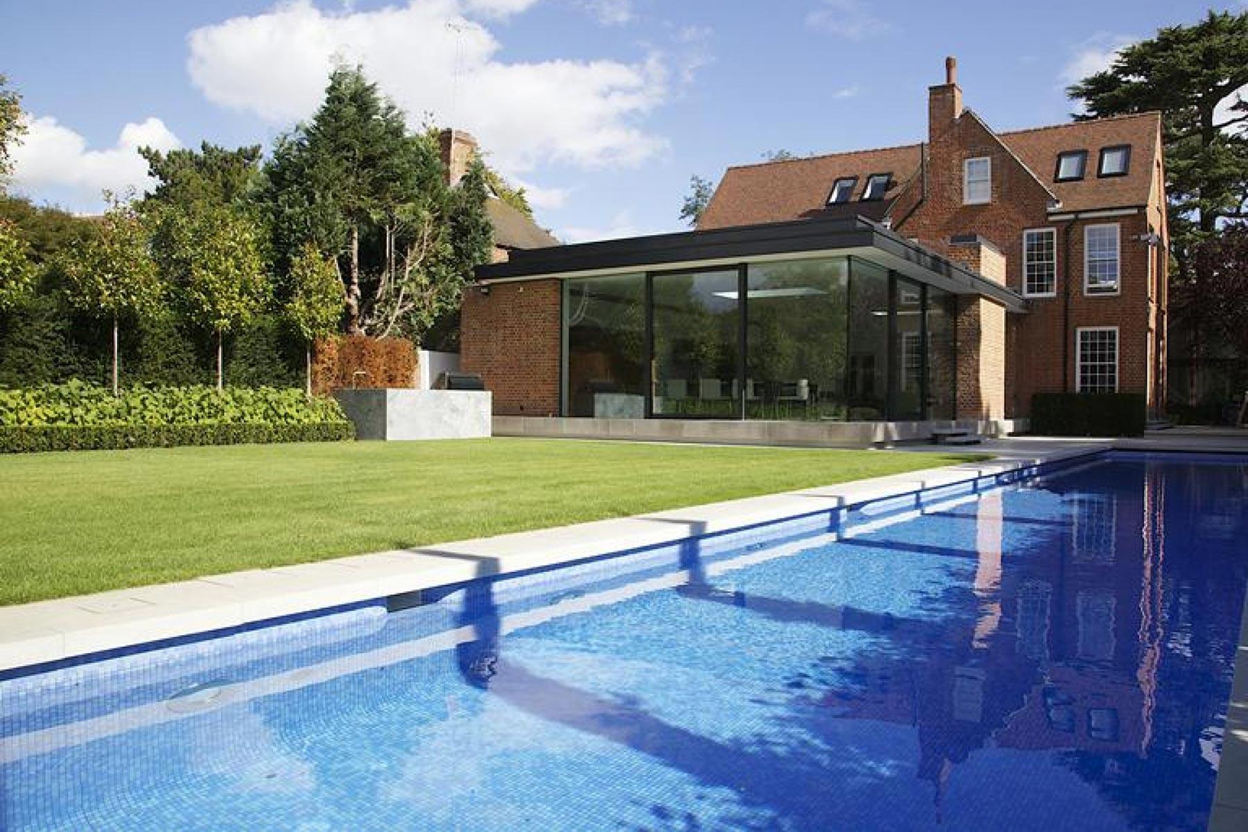 萨里的Guncast定制室外游泳池设计