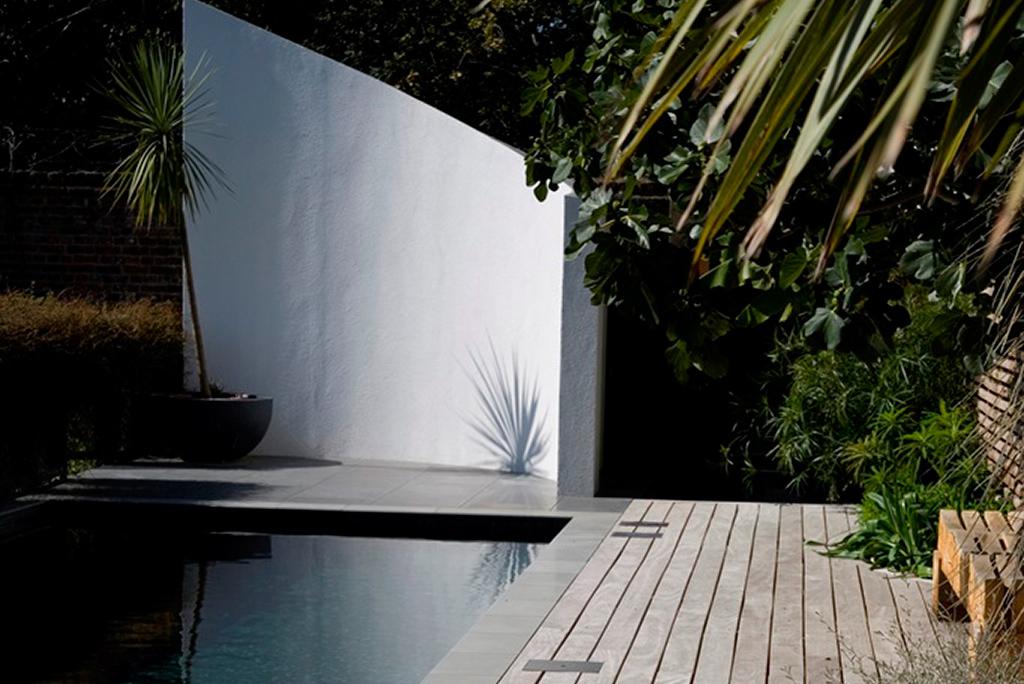 伦敦室外游泳池的景观墙和露台