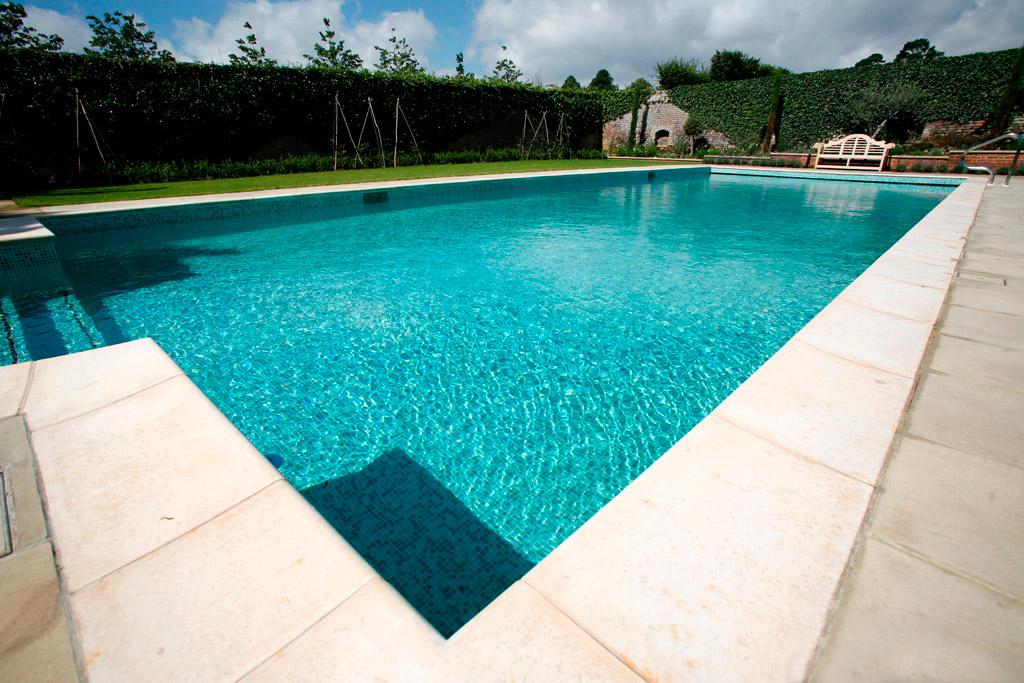 Открытый плавательный бассейн и зимний сад в Оксфордшире