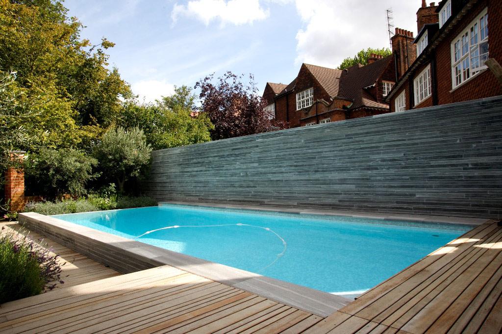 Открытый плавательный бассейн с панорамным краем в Хампстеде, Лондон