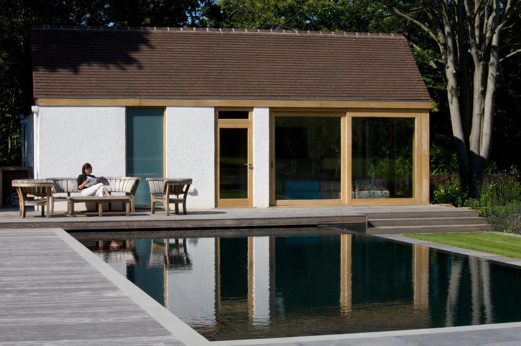 萨里的日式风格室外游泳池