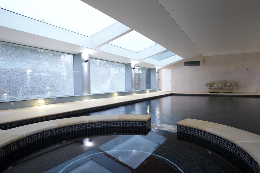 伦敦西区室内游泳池的智能照明系统