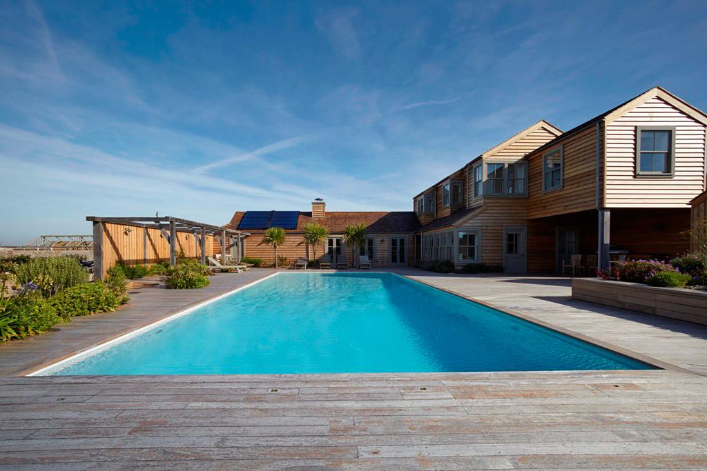 天然材料与当代建筑设计在位于南海岸的这个奢华泳池之中融合