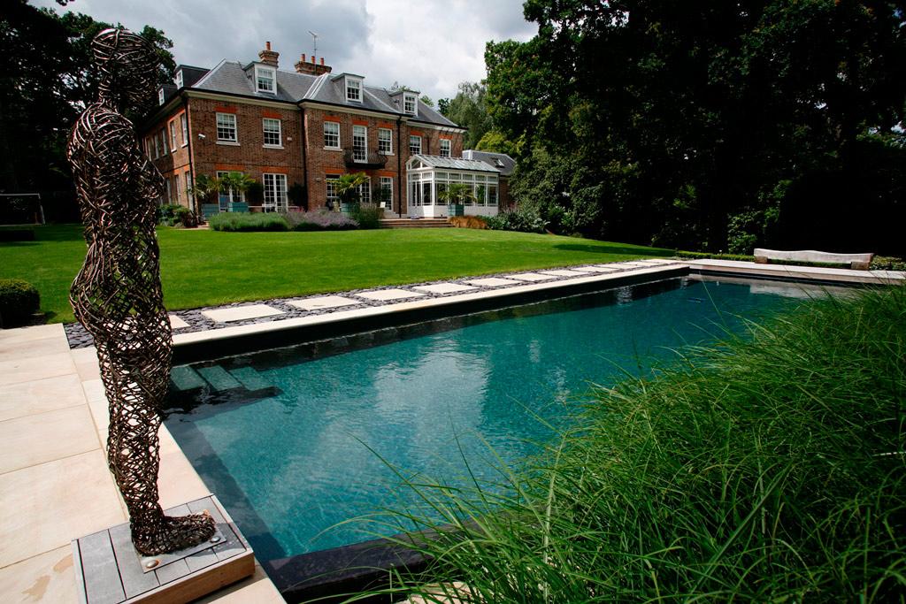 萨里的天然室外游泳池